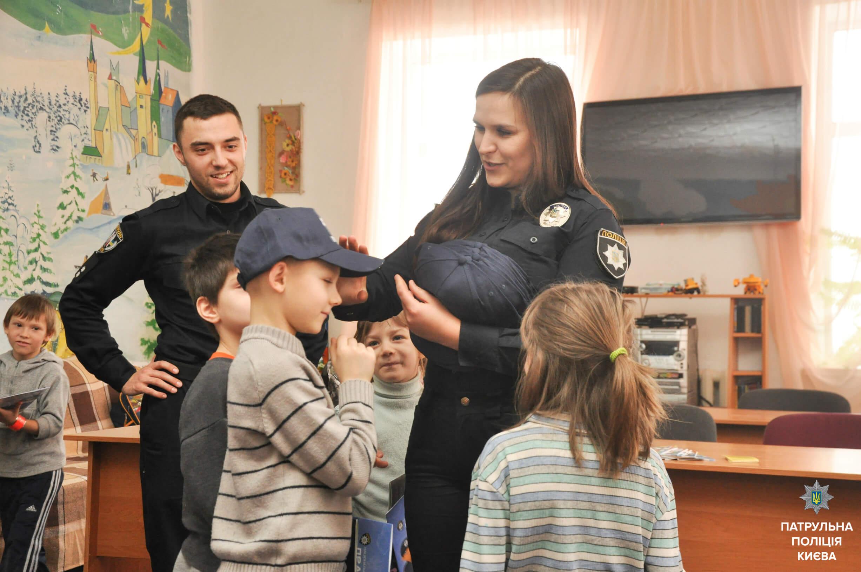 Cтоличні шкільні офіцери поліції завітали до дитячого будинку